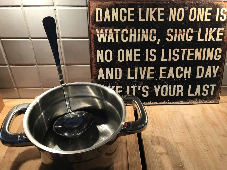 Kochlöffel Löffel Suppenkelle am Topfrand eingehängt Foodnews Foodblog Sternestulle