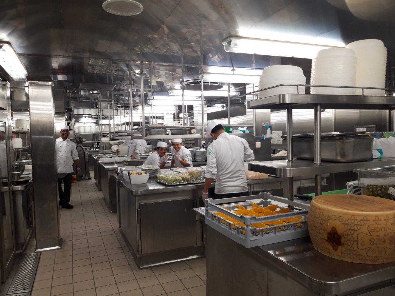 Gut gelaunte Köche in der Küche der Mein Schiff 6 Besichtigung Foodblog Sternestulle